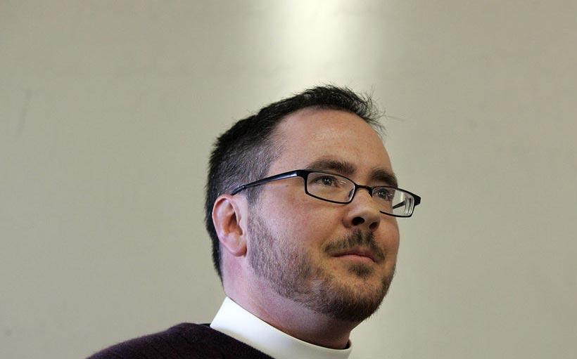 Sacerdote Transexual hace historia al presidir misa en EU