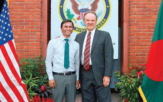 Mannan, izquierda, junto al embajador de EU en Bangladesh.