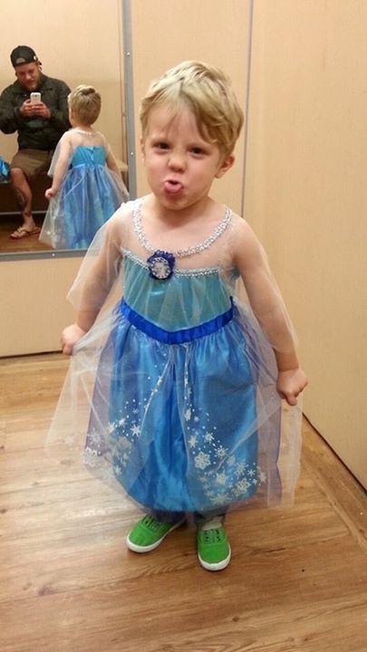 Caidan disfrazado de Elsa, la princesa de Frozen