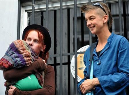 La pareja de lesbianas vive en Ecuador desde 2007 y legalizaron su unión de hecho en 2010, en Inglaterra, y en 2011 en Ecuador.