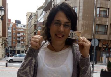Izaro Antxia con su DNI que la certifica como mujer.