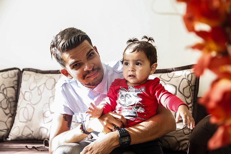 Jeffrey Ulate junto a su sobrina Viviana Vásquez, de 11 meses de edad.