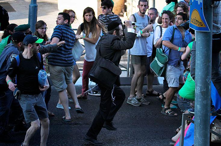 AFP/ Yishai Shlissel (centro), logró ser capturado, tras atacar al grupo de personas que participaba en la marcha.