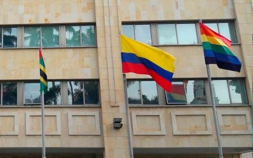 La bandera del arcoiris al lado de las banderas de Colombia y Santander, estará durante diez días en la Plaza de banderas de la Alcaldía de Bucaramanga en respaldo a la población LGBT. / Foto: twitter.com/JorgeFlorezSi