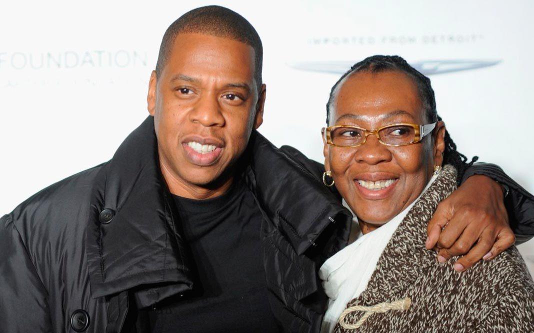 Jay-Z le canta a su madre lesbiana
